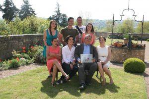 Jacques Briens entouré de sa famille et des jardiniers lors de la remise du prix du Jardin de l'année. - © J.-F. C.