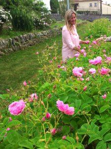 Carole Biancalana dans un champ de roses de mai - © Domaine de Manon