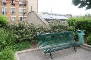 Le mobilier urbain comme les bancs est d'origine, sauf les poubelles…