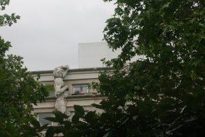 La coulée verte permet de découvrir des vues insolites, comme sur cet esclave de Michel-Ange faisant partie d'un groupe de statues au sommet d'un immeuble, peu visible par les passants de la rue.