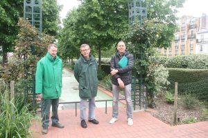De gauche à droite : Pascal Andrzejewski et Pascal Closier, jardiniers, et Éric Berlouin, responsable du pôle horticole de l'arrondissement (12e).