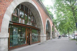 Sous la coulée verte qui domine à 10 mètres, les arcades ont été aménagées en magasins d'art.
