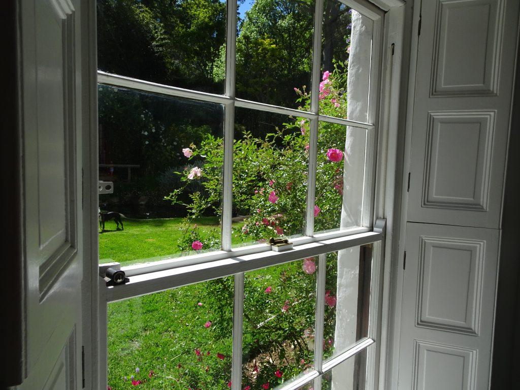 Chaque pièce du rez-de-chaussée offre une vue différente du jardin - © J.-F. Coffin