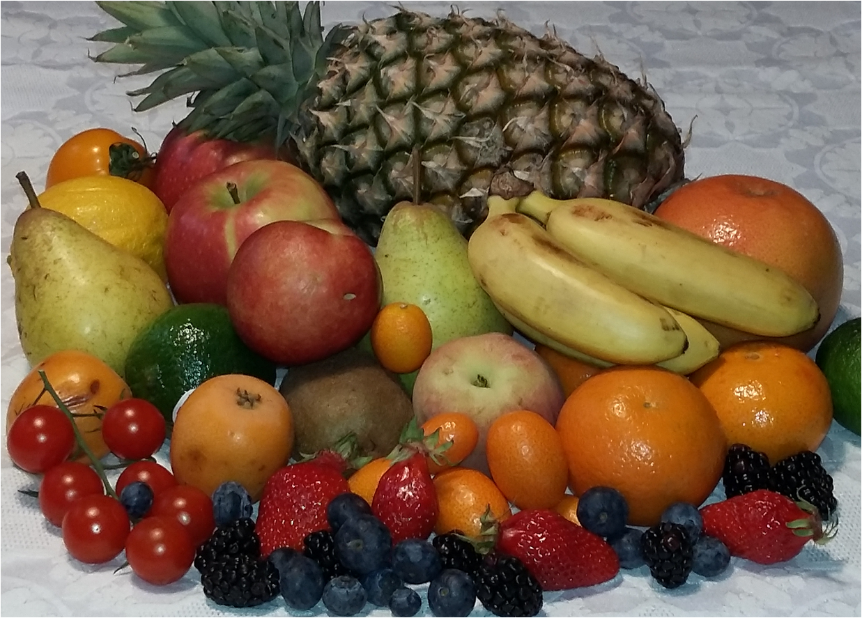 La grande diversité des fruits charnus: baies (banane, citron, kiwi, kumquat, orange, myrtille), drupes (nectarine, pêche), fruits multiples (mûre), fruits complexes (fraise, nèfle, pomme, poire, fraise) et fruit composé (ananas) - © D.R.