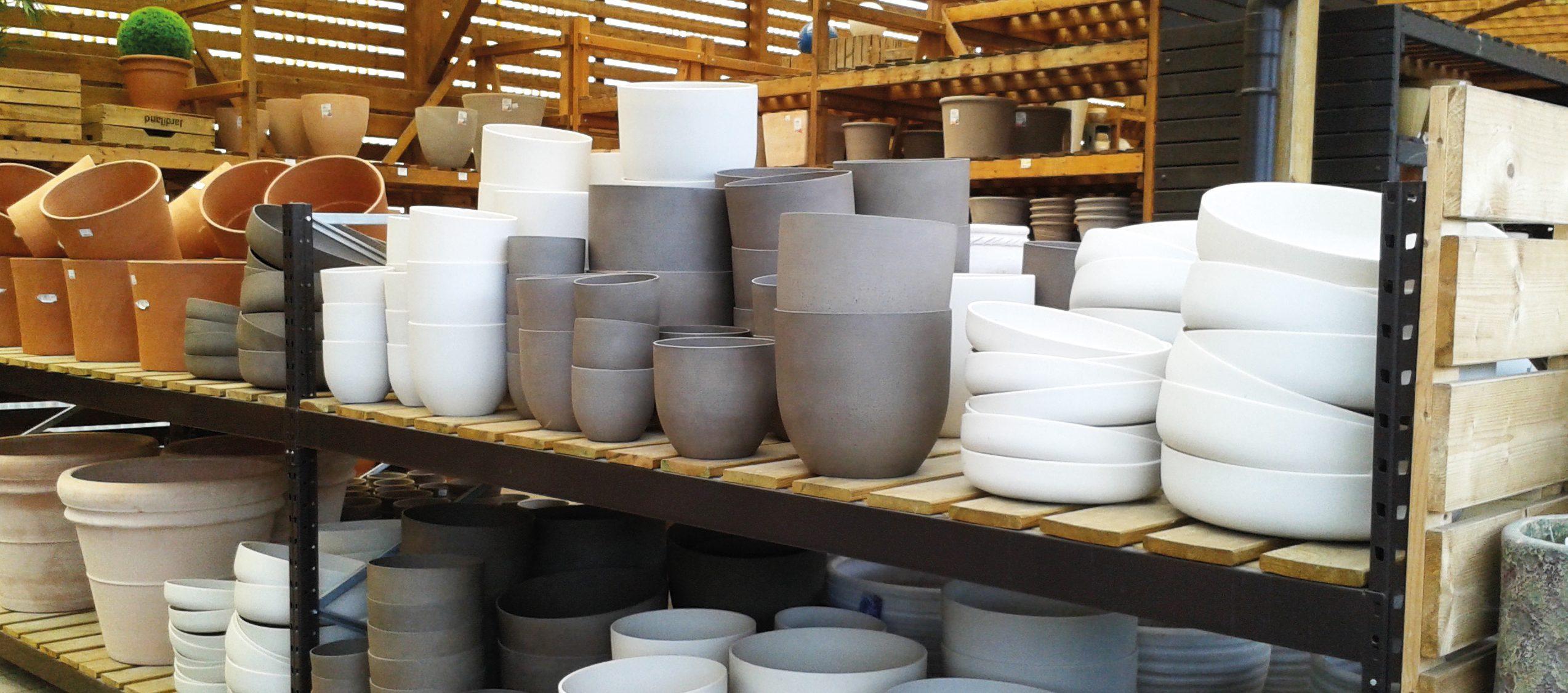 Très élégants lorsqu'ils sont nombreux, les pots ronds sont faciles à installer. Les pots carrés enrichiront les jardins modernes lorsqu'ils contiendront une seule plante aux formes graphiques - © Noëlle Dorion