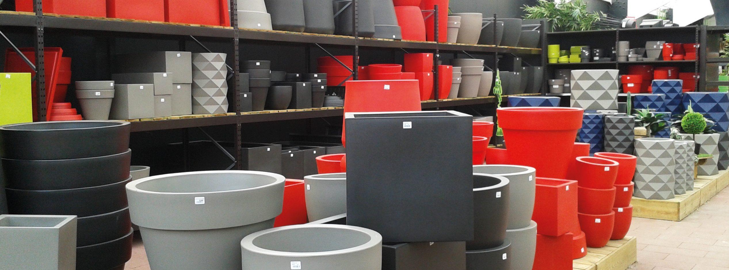 Les pots en plastique se déclinent en de multiples formes, tailles et couleurs. Ils sont également faciles à porter car légers - © Noëlle Dorion