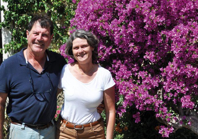 Philippe et Marie devant un magnifique bougainvillée : « Cultiver des plantes méditerranéennes était notre objectif de départ » - © D.R.