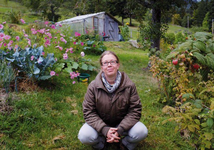 Noëlle Guillot, lauréate du concours Jardiner Autrement 2018, dans son jardin en Alsace - © N. Guillot